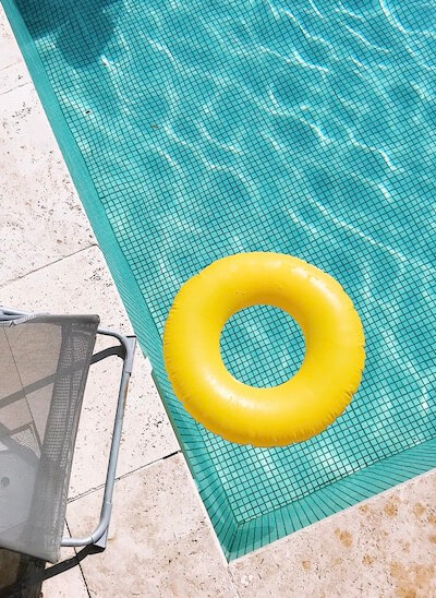 Schwimmbad Selbstbräuner abbekommen